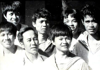 Thuyền trưởng Vũ Huy Lễ (đứng giữa hàng đầu) và thuỷ thủ tàu HQ-505, hình chụp tháng 5/1988 - Ảnh của Nguyễn Viết Thái