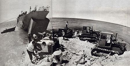 Tàu TQ xâm lược đổ bộ lên đảo Gạc ma. (Nguồn: my.opera.com/hotrungnghia)